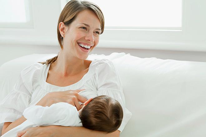 Mẹ hạnh phúc khi cho con bú