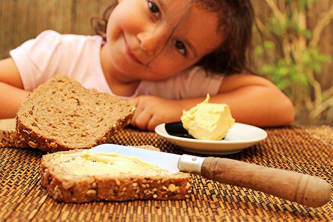 Trẻ ăn bánh mì