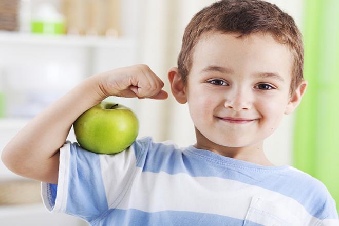 Trẻ cầm trái táo