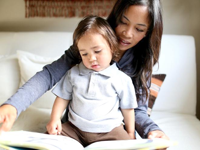 Trẻ đọc sách cùng mẹ