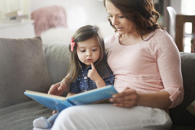 Trẻ nghe đọc sách