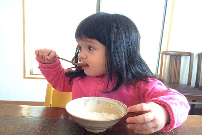 Bé 12 tháng ăn cơm