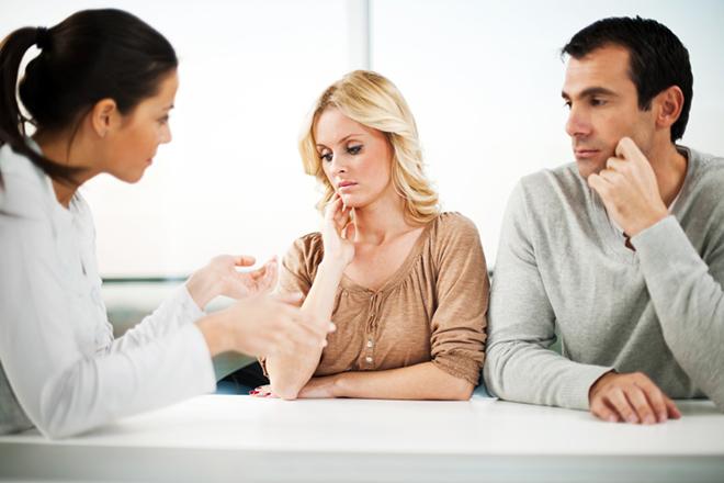 Vợ chồng nói chuyện với chuyên gia