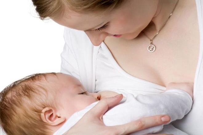 Bé 4 tháng bú mẹ
