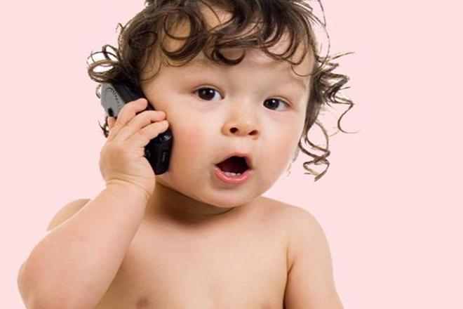 Trẻ nói chuyện điện thoại