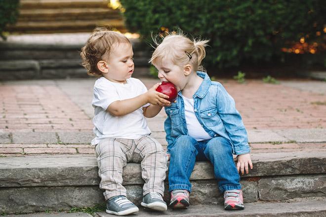 Trẻ chia sẻ táo