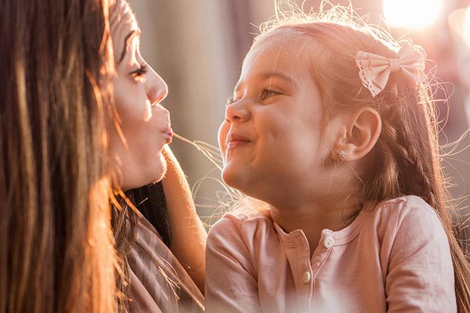 Mẹ và trẻ vui vẻ