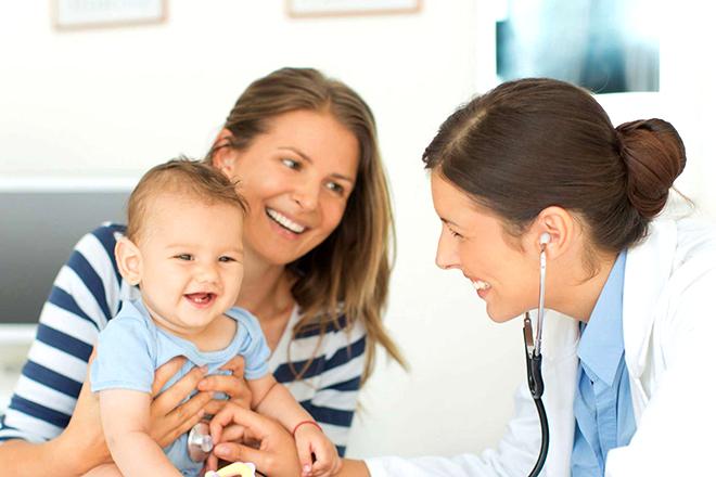 Mẹ mang bé đi bác sỹ