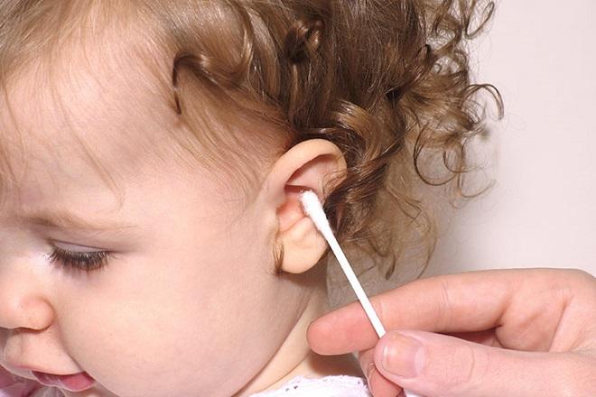 lấy ráy tai cho trẻ