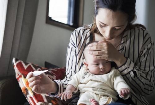 Bé sốt về đêm là triệu chứng của bệnh gì và những lưu ý quan trọng cho bố mẹ