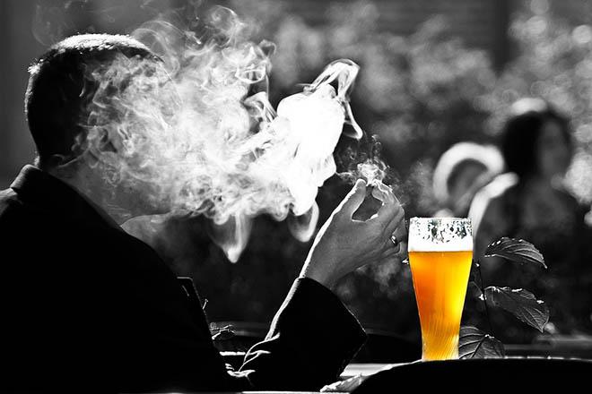 Đàn ông hút thuốc uống bia
