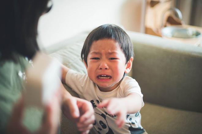 Trẻ khóc khi bị lấy đồ