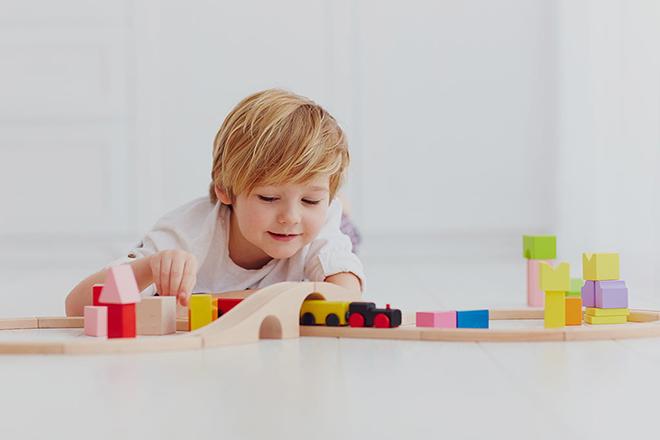 Trẻ 2 tuổi đang chơi