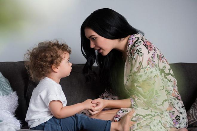 Mẹ trò chuyện với trẻ