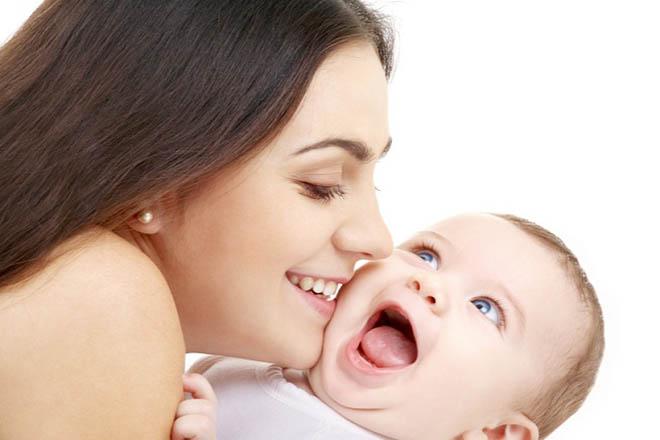 Bé cười khi chơi với mẹ