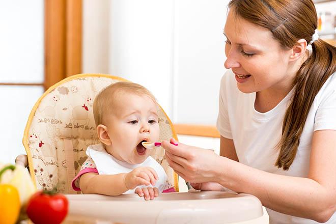 Mẹ cho bé ăn bột
