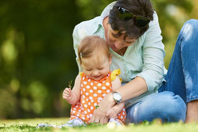 Mẹ và bé ở công viên