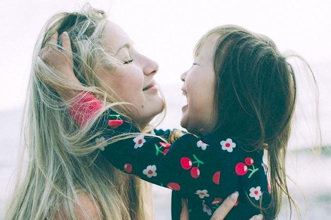 Mẹ và bé gái