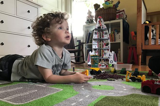 Trẻ tự chơi một cách độc lập