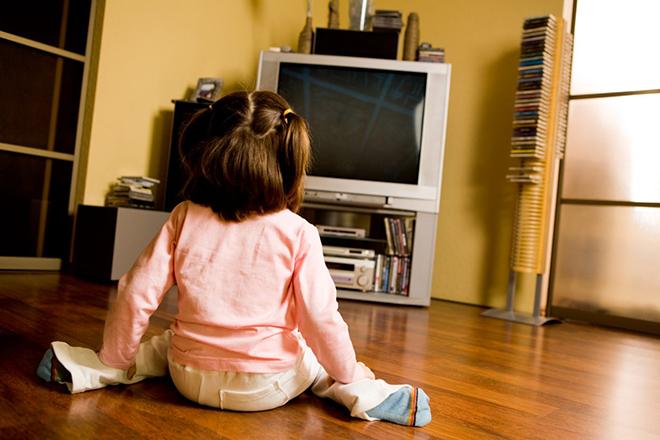 Trẻ ngồi trước tivi