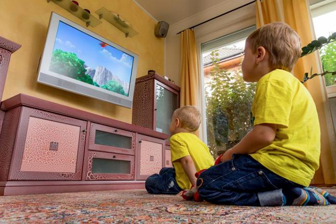 Trẻ xem tivi