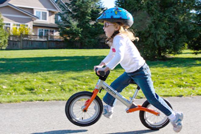 Trẻ đi xe đạp