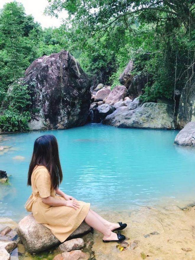 Nước hồ trong vắt, tiếng suối chảy róc rách, xung quanh là tầng tầng lớp lớp cây cối trong xanh
