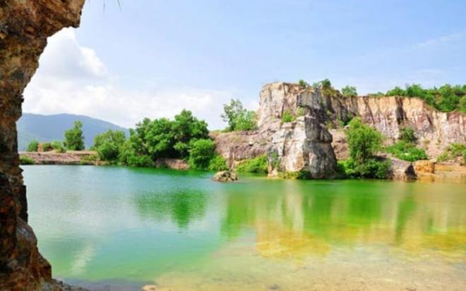 Độ sâu của hồ không đồng đều tạo thành nhiều mảng màu sắc khác nhau
