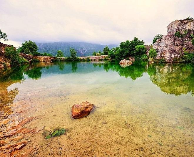 Xung quanh hồ là những mảng đá lớn còn sót lại