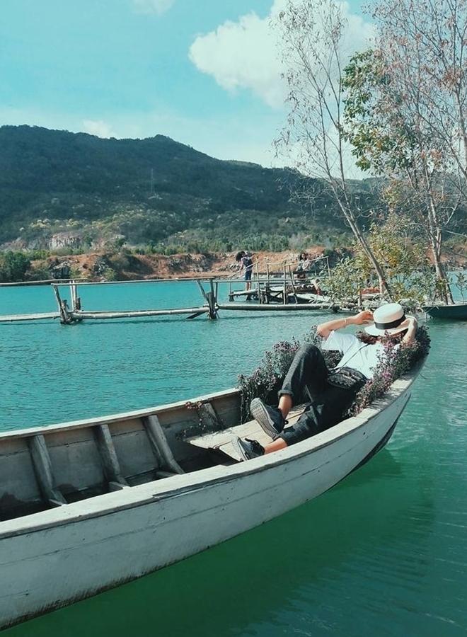Vào những ngày nắng đẹp, mặt hồ như mang cả bức tranh sắc nước hương trời