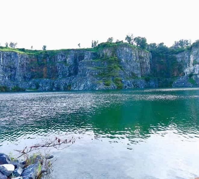Nước hồ xanh ngọc bích được bao quanh bởi nhiều triền đá dựng đứng trông rất cuốn hút