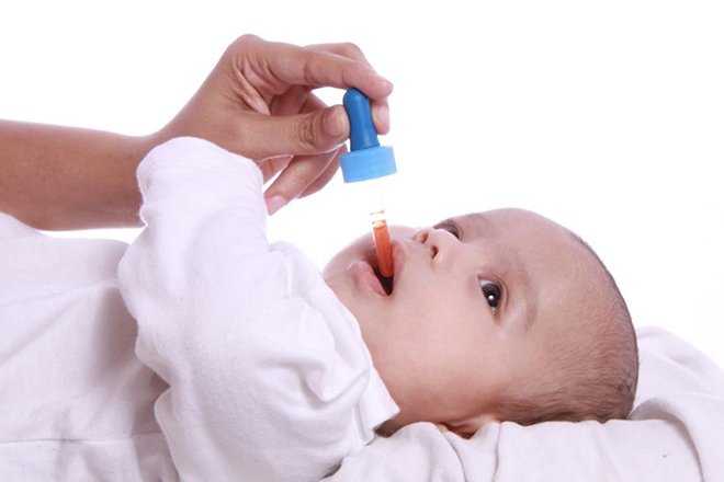 Trẻ uống vitamin D