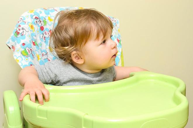 Trẻ đòi xuống khỏi ghế ăn