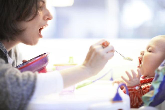 Trẻ mở miệng khi mẹ đút thức ăn