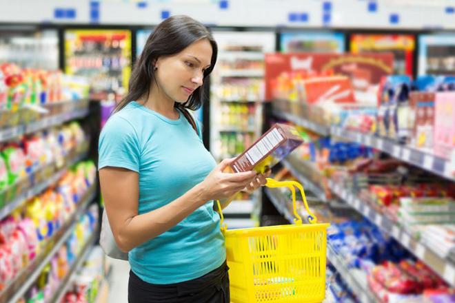 Phụ nữ đang đọc nhãn bao bì