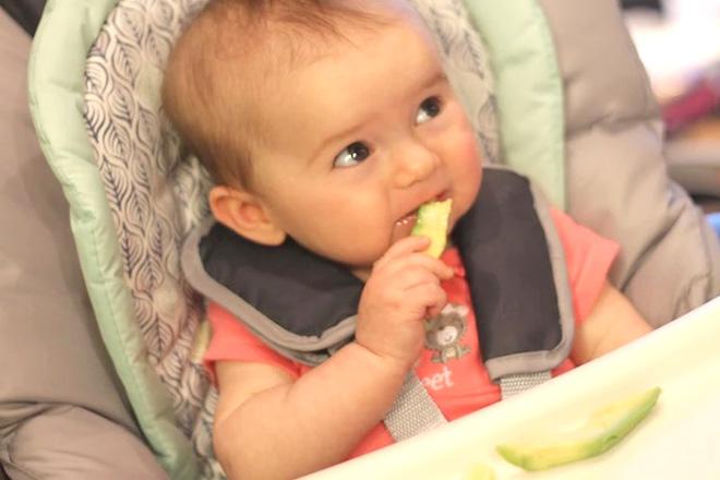 Trẻ cầm thức ăn