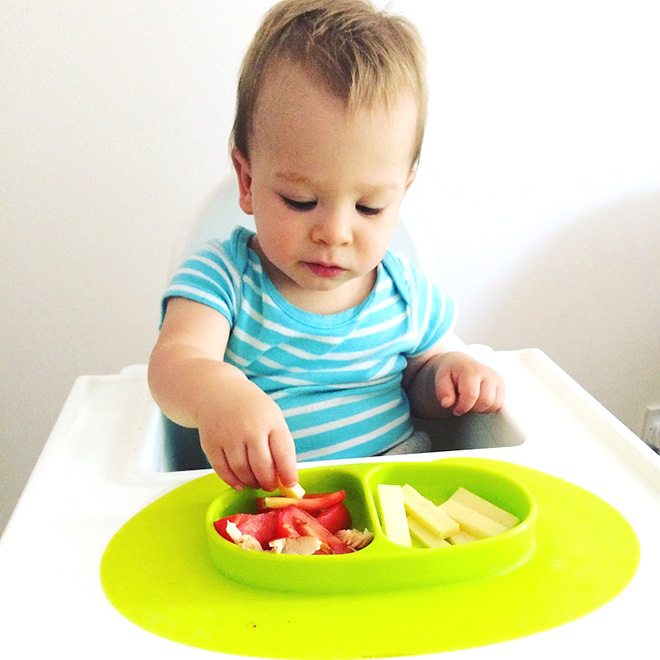 Trẻ đang lấy thức ăn