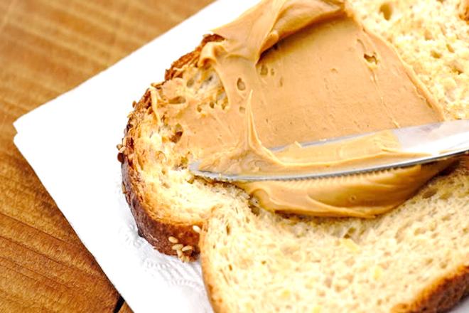 Quết bơ lên bánh mì