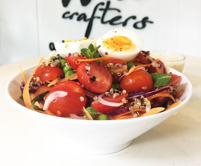 Salad rau củ cung cấp đầy đủ dinh dưỡng và rất tốt cho vóc dáng