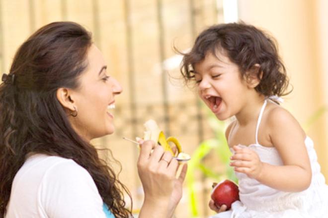 Mẹ và bé ăn vui vẻ