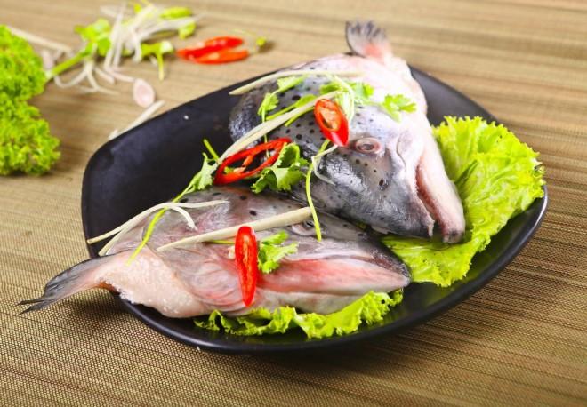 Đầu cá hồi không bỏ đi mà vẫn có thể dùng để chế biến nên món lẩu ngon ngất ngây
