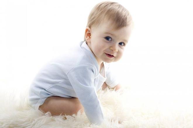 Bé 1 tuổi dễ thương