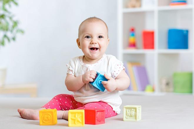 Trẻ chơi đồ chơi