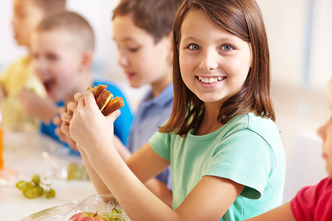 Bé gái 8 tuổi đang ăn