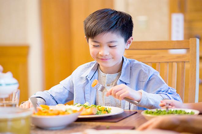 Bé trai 9 13 tuổi đang ăn