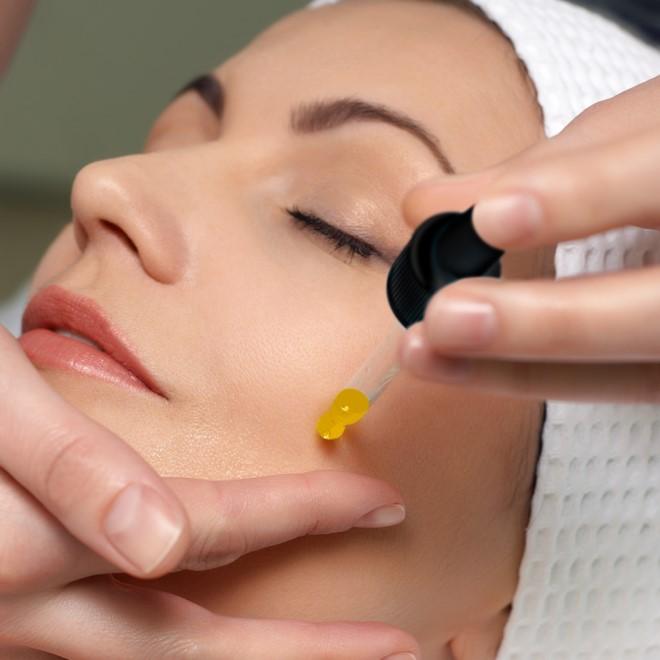 Thoa serum dưỡng chất sau khi lăn kim giúp thúc đẩy quá trình tái tạo da