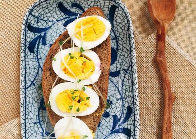 Nhớ thêm bánh mì đen và trứng luộc vào thực đơn giảm mỡ bụng bạn nhé