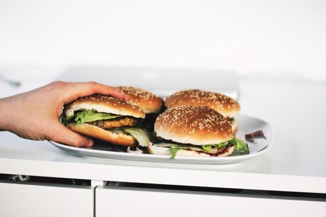 Ăn đêm không tốt cho sức khỏe và vóc dáng xíu nào đâu nhé!