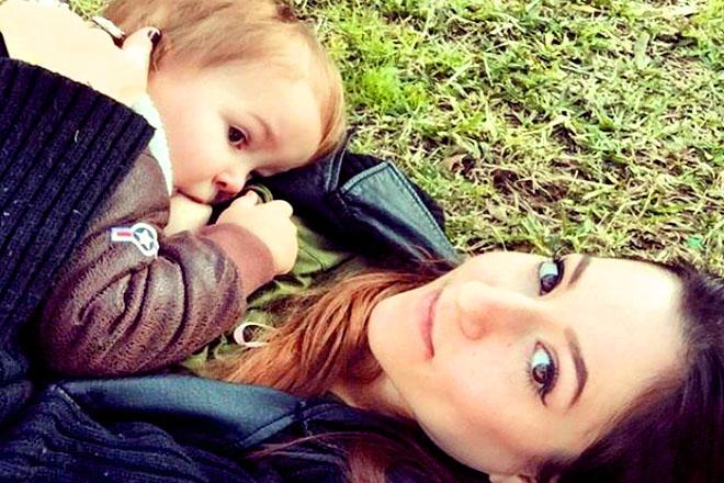 Trẻ lớn đang bú mẹ