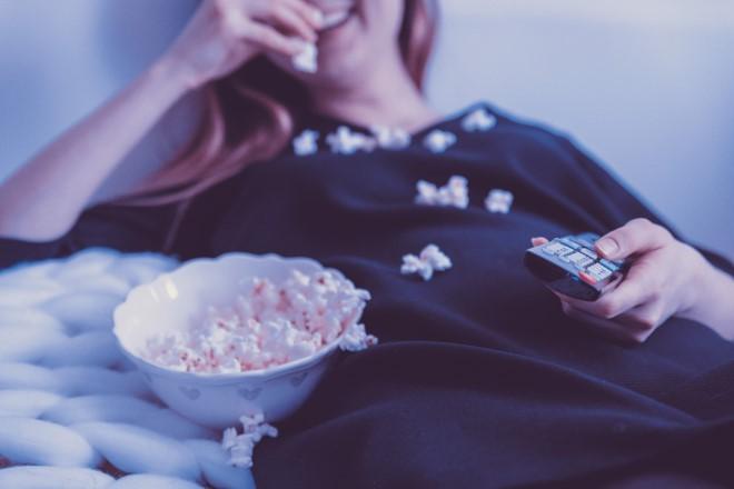 Hạn chế vừa ăn vừa xem tivi cũng giúp bạn xóa tan mỡ bụng